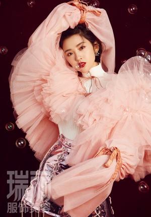 唐艺昕登时尚杂志封面 百变姿态展秋日温暖气质