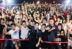 大鹏导演的第二部电影《缝纫机乐队》于今日全国上映,继续拯救不开心。大鹏及众主创目前已经完成前27个城市的路演,于近日来到了上海滩和广州、深圳等地。