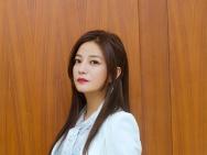 赵薇白西装展总裁范儿 红唇娇艳气场十足深情献歌