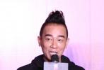 """10月3日,警匪动作片《孤战》在京举办启动发布会,总制片人孙建、监制王大为、沙龙网上娱乐钱国伟携主演陈小春、谢天华、朱永棠亮相,香港经典""""兄弟天团""""的重聚勾起了广大影迷的回忆。据悉,影片的主演还包括林晓峰和另一位神秘的重量级演员。"""