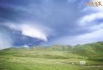 """由导演杨蕊执导,定档于12月8日的西藏热血传奇大片《金珠玛米》今日发布一组""""龙卷风""""剧照。辽阔的邦达草原上乌云密布,天际间突然伸出了大象鼻子样的""""漏斗云"""",直戳地面,左摇右摆,好似一条发疯的巨蟒,狂奔怒吼!"""