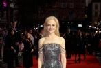 基德曼身穿银色抹胸裙大秀雪白肌肤,气质高贵迷人。