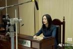 照片中,姚晨一袭黑色正装端坐在法院里,不禁让人联想到了她的上一部电视剧作品《离婚律师》。