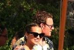 """当地时间2017年10月15日,""""法鲨""""迈克尔·法斯宾德和""""坎妹""""艾丽西亚·维坎德在伊比沙岛举行派对。"""