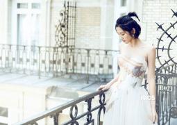 唐艺昕巴黎写真玩转随性仙女风 一袭白裙大秀香肩