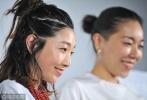 29日,曾主演《百元之恋》的安藤樱携作品《家族的国度》亮相影展。梳着编发丸子头的安藤樱造型帅气,笑容亲和。