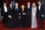 """当地时间11月2日晚,沙龙网上娱乐《东方快车谋杀案》在伦敦举行首映礼。沙龙网上娱乐兼""""波洛侦探""""的扮演者肯尼思·布拉纳携约翰尼·德普、佩内洛普·克鲁兹、米歇尔·菲佛、朱迪·丹奇、威廉·达福、黛西·雷德利、奥莉薇娅·柯尔曼、乔什·盖德等众主演出席红毯。  当晚,一众女星造型惊艳:佩内洛普·克鲁兹一袭黑裙大秀美背长腿,性感迷人;米歇尔·菲佛身着银色深V垂感长裙,优雅大气;黛西·雷德利则以袜子头搭配水绿色露背长裙,活力青春。 """