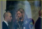 """在《雷神3:诸神黄昏》(以下简称《雷神3》)中,""""雷神""""索尔的短发造型获得了许多好评,克里斯·海姆斯沃斯""""角斗士""""版的装束给人以刚毅、勇武之感,也确实比先前清爽了不少。不过在最新的《复仇者联盟4》(以下简称《复联4》)中,索尔的金色长发复又重现,看来在经历了""""诸神黄昏""""的浩劫之后,雷神或许已经恢复原貌。"""