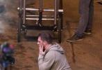 """2017年11月3日,美国亚特兰大,《蜘蛛侠》的外传沙龙网上娱乐《毒液》拍摄进入第三个星期,曝出了最新的片场照。""""汤老师""""汤姆·哈迪一身运动帽衫,脸上似乎还有擦伤,造型狼狈颓废。他对着空气飙戏超级投入,表情到位。一段表演结束后,他一边和沙龙网上娱乐探讨剧情,一边拿起电子烟吞云吐雾。之后他脱下灰色帽衫,露出一身结实的肌肉,臂膀上的纹身清晰可见。"""