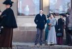 片场照中,莉莉·柯林斯的三套复古造型十分惊艳:第一身红裙造型青春时尚,霍尔特则化身绅士十分体贴地为柯林斯披上外套;第二套灰色长款大衣则素净大气,佩戴皮质手套的莉莉·柯林斯俨然一副优雅淑女的形象。前期剧组在利物浦街头取景,柯林斯戏外还将与披头士乐队雕塑的合影上传到社交媒体上。近日,剧组则转战英国北部的默西塞德郡。尼古拉斯·霍尔特一身军装英气逼人,柯林斯则头戴贝雷帽身着毛领大衣。两人置身草丛,从表情看来两人似乎发生争执。