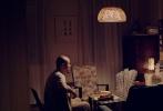 """由徐峥、焦雄屏联合监制,新锐导演宋灏霖执导,青年演员孙博、刘雪涛、徐唯,新晋童星李昊泽、王继贤等主演的《猪太狼的夏天》,日前正在全国热映。影片自上映以来,受到了观众的超高好评,片中所传递的暖心治愈内核,更为""""扎心""""的光棍节注入一股暖流,被网友赞为""""2017年度最佳国产治愈片""""。日前,片方曝光了一支导演特辑,导演宋灏霖不仅诉说了电影创作背后的故事,更深情感谢监制徐峥,""""没有徐老师,这部影片就淹没在海洋里了""""。"""
