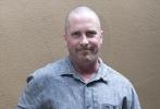 当地时间11月13日,美国洛杉矶,克里斯蒂安·贝尔出现在《敌对分子》的新闻发布会上。他光头穿一件灰色衬衫,黑色长裤看起来显得有些邋遢,整个人身形塌陷,看起来十分钝重,让人很难回想他在诺兰《蝙蝠侠》三部曲中的帅气形象。