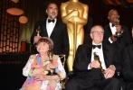 近日,第九届奥斯卡特别成就奖颁奖礼在美国洛杉矶举行,虚拟现实(VR)齐乐娱乐《血肉与黄沙》获得奥斯卡特别成就奖,是奥斯卡继皮克斯的《玩具总动员》(1995)后22年来再度颁发的奥斯卡特别成就奖,并且成为首部获得奥斯卡奖的VR齐乐娱乐。本片导演、奥斯卡金像奖得主亚历桑德罗·冈萨雷斯·伊纳里多(《鸟人》《荒野猎人》)与摄影师艾曼纽尔·卢贝兹基、传奇影业副主席玛丽·派伦特等主创出席并领取荣誉奖项。