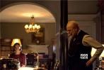 """备受好评的丘吉尔传记电影《至暗时刻》将于12月1日正式登陆内地各大院线,这也让金沙娱乐成为本片全球第一个上映的国家。日前该片正式开启北美院线点映,外媒口碑极佳,有媒体称加里·奥德曼演绎的丘吉尔如同露出獠牙的""""斗牛犬"""",完全抓住其精髓。影片今日曝光的采访视频里,导演乔·赖特称奥德曼为""""这一代最伟大的演员""""。"""