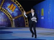 王力宏亮相丝绸之路沙龙网上娱乐节闭幕 握小船向粉丝招手