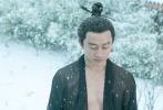 """由陈凯歌导演,将于12月22日全国上映的贺岁奇幻钜制《妖猫传》距离上映仅剩下14天!寒风迎大雪,今日趁中国二十四节气中的大雪,电影曝光一支黄轩""""雪人挑战""""特辑。视频中天寒地冻、大雪纷飞,黄轩仅身着一件黑纱,双眼红肿地静立雪中近半个小时之久。为达到逼真的雪落白头效果,拍摄间隙黄轩依然站在风雪中,虽然冻得打哆嗦、搓手,还扯一下毫不避寒的纱衣,但是镜头一开始黄轩立刻进入状态。感伤唯美的诗意场景,让陈凯歌也忍不住赞叹""""太棒了!""""。"""