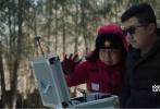 """今日,电影《北平以北》曝光了一段拍摄花絮。花絮展现了《北平以北》剧组团队拍摄中,艰苦的""""作战""""环境,剧组沿着革命先烈的足迹,重走了一遍""""长征路""""。据艾导介绍,在雪地取景时,雪基本都是齐腰深,而且恶劣的低温天气下,大家的手机都没有信号。摄像机的电池因为极寒天气,拍一组镜头,就得拿下来加热取暖,然后再拍一组……在这样艰苦的拍摄环境下,艾辛导演和剧组团队依然一丝不苟,严格要求每一个镜头。在艰辛的拍摄环境下,剧组人员也学会了苦中作乐,苦中寻乐。"""