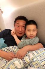 林永健晒与儿子合照 两人似复制粘贴仅色号不同