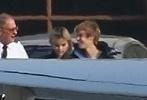 美国男歌手贾斯汀·比伯和女歌手赛琳娜.戈麦斯被曝复合之后,一直沉溺在二人世界中。近日,两人又被拍到比伯、赛琳娜搭乘私人飞机出行约会,两人前后走出大厅,故意保持一定距离。这绝对是多金情侣约会正确的打开方式。