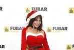 丽兹·坎迪戴红色圣诞裙头戴毛球圣诞帽,喜气甜美。