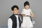 照片中,Nienei穿白裙双手拉着吴尊的领带甜美可爱,而吴尊则十分配合嘟着小嘴一脸无辜。