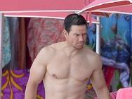 马克·沃尔伯格与妻水中激吻 露健硕胸肌秀好身材
