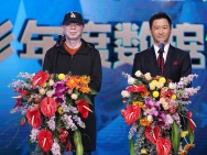 冯小刚百合奖向观众鞠躬致谢 携吴京公布电影数据