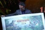 """1月4日,好莱坞动作冒险齐乐娱乐《勇敢者游戏:决战丛林》在北京举行首映红毯及发布会,中国影迷的老朋友、男主角巨石强森携导演杰克·卡斯丹、主演""""星云""""凯伦·吉兰亮相,并在颇具""""丛林风""""的首映礼现场与粉丝们亲密互动,畅聊此次电影拍摄的趣事。"""