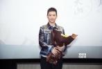 1月7日,由章子怡、黄晓明、王力宏、张震、陈楚生主演,李芳芳编剧、导演的电影《无问西东》,在上海路演,影片中饰演陈鹏的主演黄晓明现身当地影城与影迷一起观影,而与他一同观影的还有黄晓明的母亲,以及他的妻子Angelababy。