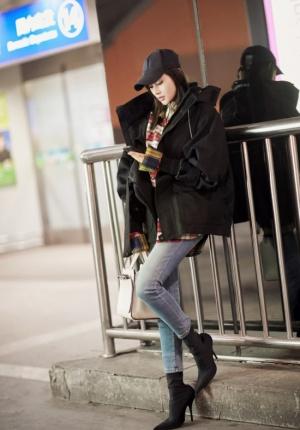 张天爱时尚冬装帅气亮相机场 腿长一米十分吸睛
