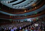 """1月9日晚,""""沉寂""""许久的电影《无问西东》终于重返清华大学举行首映礼,导演李芳芳携章子怡、黄晓明、王力宏、陈楚生、米雪等主演与清华学子及嘉宾、观众、媒体一同观看了这部以清华大学历史为背景创作的作品。电影放映结束,所有到场主创也悉数登台,共同分享了这等待的六年间各自对创作的感悟。"""