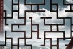 """1月26日,《移动迷宫3:死亡解药》将在中国内地同步北美上映。为了回馈广大中国影迷对《移动迷宫》系列沙龙网上娱乐的热情支持,片方于近日推出了令人惊艳的""""中国处处有迷宫""""版系列海报,影片主人公托马斯与中国宋代哥窑瓷盘、安徽宏村窗棂、中国古典竹简、中国古代祥云墙雕、西夏铜官印、活字印刷术、中秋月饼和中国传统绣锦近距离接触,缩小的托马斯身影与八款体积百倍于他的中国文物相互映衬,他仿佛穿越回遥远的历史世界,影片中蕴藏的巨大神秘感也透过中国文物迎面袭来。"""