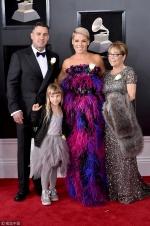 Pink携家人齐亮相格莱美红毯 幸福笑容感染全场