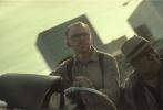 """万众期待中,《碟中谍6:全面瓦解》终于发布了全球首支正式预告片,我们熟悉的阿汤哥带着他的IMF任务小组重磅归来,接受全新的生死考验。《碟中谍》系列中为人津津乐道的精彩大场面海量呈现:飞车、快艇、肉搏、跳楼等惊险元素逐一亮相,阿汤哥掉落峭壁、高空攀直升机、撞卡车的重磅动作戏更是刺激指数飙升,震撼逼真的场面让人惊掉下巴,这果然还是那个""""拼命三郎""""阿汤哥。除了精彩绝伦的动作场面,预告所展现的压抑氛围和耐人寻味的台词,也让新作的剧情充满悬念,究竟是什么样的危机让阿汤哥"""