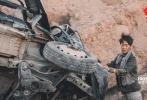 """即将于2018年大年初一上映的军事巨制《红海行动》近来持续刷新大众关注热度,今日影片曝光了""""紧急救援""""版海报和""""不忘使命""""版制作特辑。这次发布的两支物料将""""蛟龙突击队""""不忘使命,英勇营救人质并带领侨民撤离的震撼一幕完美呈现。《红海行动》是第一部突出展现中国人民解放军海军特种部队——蛟龙突击队的影片。蛟龙突击队隶属于中国海军陆战队,有""""海上蛟龙、陆地猛虎、空中雄鹰、反恐精英""""的美誉,特战队员都具有全地形渗透突击和海上反恐作战能力。"""