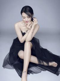 高圆圆最新时尚写真清新灵动 甜笑妩媚长腿吸睛