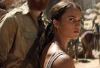"""根据同名畅销游戏改编的动作冒险大片《古墓丽影:源起之战》(Tomb Raider)日前宣布将于3月16日在内地与北美同步公映。消息一经公布就掀起热议,由当红女星""""坎妹""""艾丽西亚·维坎德(Alicia Vikander)演绎的全新劳拉(Lara Croft)更成为关注焦点。游戏迷和影迷普遍认为,新版劳拉不但高度贴合游戏设定,其健美、独立的特质也更符合现代审美。片方今日还再发一款""""异域探险""""片花,曝光更多精彩画面。"""