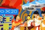 昨日,导演陈思诚携《唐探2》剧组刘昊然、肖央、王迅录制的《快乐大本营》开播。节目开场,在歌曲《Happy扭腰》的动感旋律下,几位主演和快乐家族携手亮相,大跳扭腰舞,伴随着年味十足的舞龙表演,颇有过年的热闹气氛。