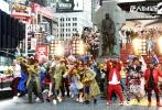 """由陈思诚编剧、执导的喜剧探案系列电影《唐人街探案2》将于2018年大年初一(2月16日)全国上映。片方曝光了一款""""扭腰拜年""""海报,主演王宝强、刘昊然、肖央、刘承羽、尚语贤、王迅、妻夫木聪集体""""扭腰""""过""""New year""""。喜气洋洋的表情,搭配寓意着""""吉祥如意""""的祥云背景,热闹欢乐的新年气氛一览无余。"""