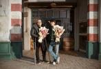 """由吴克群自编自导自演,李丰博联合执导,周依然、周键铭、仇佩佩、苏士为、颜如晶、张本煜主演的爱情喜剧电影《为你写诗》2月11日在佛山正式杀青,据悉,影片经历了两个多月的拍摄,在广东多地取景,讲述了40岁的陈诗杰因为心脏病病发而拥有了回到过去的能力,于是""""屌丝男""""为了得到校园女神的心,展开了轰轰烈烈求爱行动的故事。"""