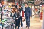 梁咏琪夫妇甜蜜逛超市 外籍老公一直紧紧搂着她
