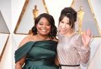北京时间3月5日,第90届奥斯卡金像奖颁奖典礼在好莱坞杜比剧院举行,红毯上星光熠熠,巨星云集。图为:《水形物语》中的莎莉·霍金斯和奥克塔维亚·斯宾塞。
