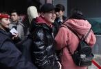 3月7日,正在热播的《老男孩》主演胡先煦现身北京电影学院参加艺考的复试,头戴黑色棒球帽笑容满满,排队进场时,他不仅和上次见过的北电保安大哥打招呼,还可爱地对镜头比心。