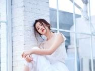 周雨彤早春写真曝光 白色纱裙梦幻十足造型甜美