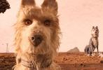 今日,由韦斯·安德森执导的动画电影《犬之岛》正式定档4月20日登陆内地各大影院,同时发布了定档海报和预告。海报中小男孩阿塔利与五只小狗狗亮相,狗狗们脏兮兮又凄凉的样子令人十分怜惜。预告中,小男孩只身一人来到荒岛寻找爱犬,在这里他遇到了五只流浪的狗狗,一场奇妙的寻狗之旅随之展开。这部电影也于今年作为柏林国际电影节开幕影片首映。导演韦斯·安德森更是凭借该片荣获最佳导演奖。