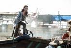 """由华纳兄弟影片公司出品的动作冒险巨制《古墓丽影:源起之战》(Tomb Raider)正在全国热映。自上周五公映以来,影片已连续五天夺取单日票房冠军,同时视听体验受到普遍认可,获赞""""盗墓探险惊险刺激""""、""""动作戏真实火爆"""",吴彦祖和""""坎妹""""艾丽西亚·维坎德(Alicia Vikander)都""""帅爆了""""。片方今日再曝""""码头激战""""片段,劳拉在码头以一敌三力勇斗抢包贼,更变身跑酷高手上演追逐大戏,尽显女探险家的实力。"""