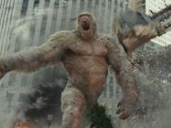 """《狂暴巨兽》新海报 巨石强森""""驯服""""变异巨兽"""