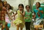 """由萨基特·乔杜里执导,伊尔凡·可汗、萨巴·卡玛尔等主演的印度电影《起跑线》将于4月4日全国上映。今日,片方发布""""轻松应对""""版终极预告片,跟先前的""""抢先起跑""""版预告片形成参照。原来印度虎妈猫爸在择校过程中并非始终焦虑,他们也在时刻调整想法和心态,由此引发的荒诞情节让影片轻松幽默的喜剧质地一览无遗,令人捧腹。"""