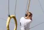 布丽·拉尔森、裘德·洛主演的《惊奇队长》已于近日开拍,两组全新片场照也随之曝光。第一组中布丽·拉尔森身穿美国空军训练服,吊着威亚,在进行训练,身手矫健,造型也十分干练。