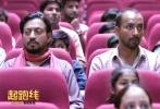 印度话题佳作《起跑线》将于4月4日全国公映,片中的一对印度父母拉吉和米塔为了孩子上学,先是购买高档学区房、披挂一身名牌假扮上流阶层,随后又搬去贫民窟冒充穷人骗取入学名额。